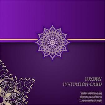 Luxusgoldmandala-einladungskarte mit purpurrotem hintergrund