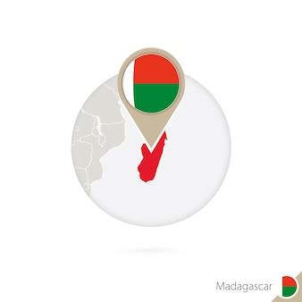 Madagaskar-karte und flagge im kreis. karte von madagaskar, madagaskar-flaggenstift. karte von madagaskar im stil der welt. vektor-illustration.