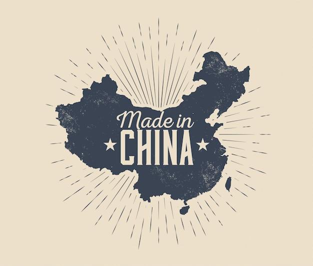 Made in china-etikettenabzeichen oder logoentwurf mit china-kartenschattenbild mit sunburst lokalisiert auf hellem hintergrund. vintage gestaltete illustration