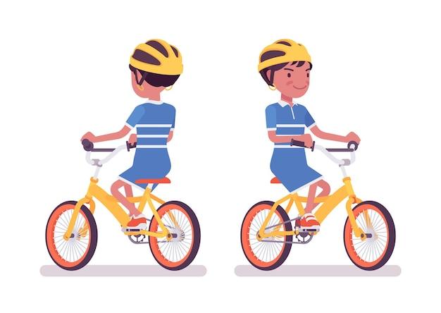 Mädchen 7, 9 jahre alt, schwarzes kind im schulalter, das fahrrad fährt