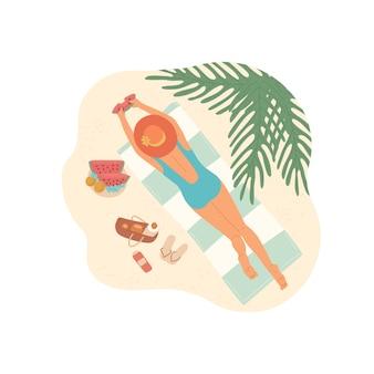 Mädchen am strand unter palme nimmt ein sonnenbad und isst eine wassermelone. draufsicht