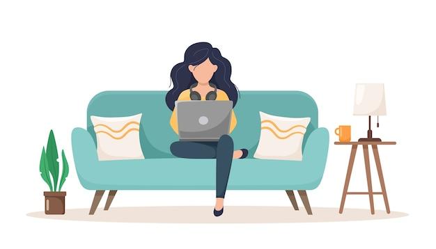 Mädchen auf der couch mit einem laptop.