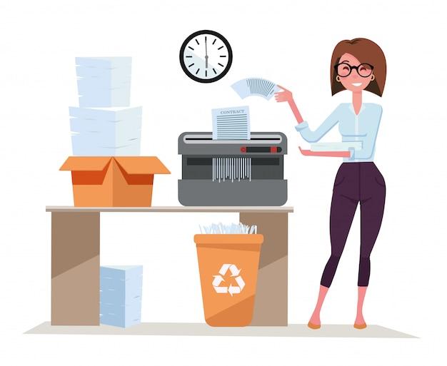 Mädchen büroangestellter arbeitet mit shredder, beendet ein paket von dokumenten