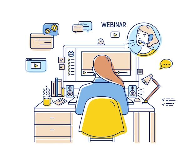 Mädchen, das am schreibtisch mit computer sitzt
