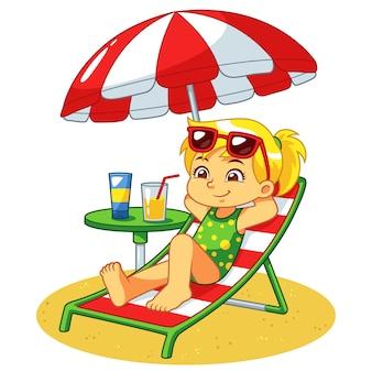 Mädchen, das auf dem strand ein sonnenbad nimmt und sich entspannt