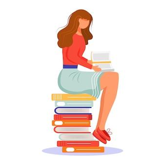 Mädchen, das buch flache vektorillustration liest. student mit taschenbuch. prüfungsvorbereitung. junge frau, die auf stapel von lehrbüchern sitzt und eine davon isolierte zeichentrickfigur studiert