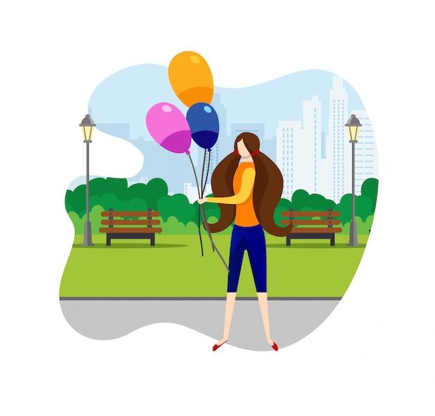 Mädchen, das in wochenende am stadtpark mit ballonen geht