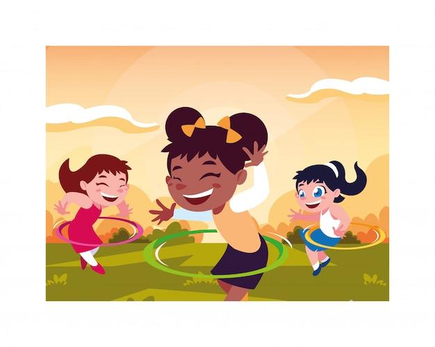 Mädchen, die mit hula band lächeln und spielen
