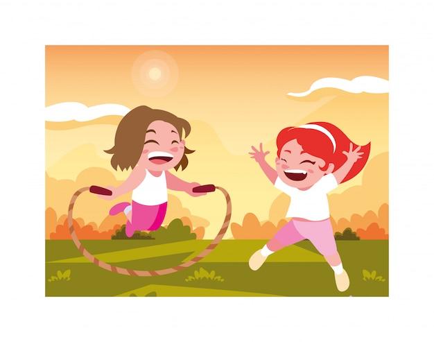 Mädchen, die mit springseil lächeln und spielen