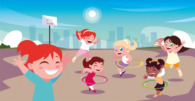 Mädchen, die sport im stadtpark spielen und spielen