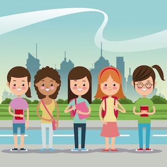 Mädchen, die städtischen hintergrund der schule zurück lächeln