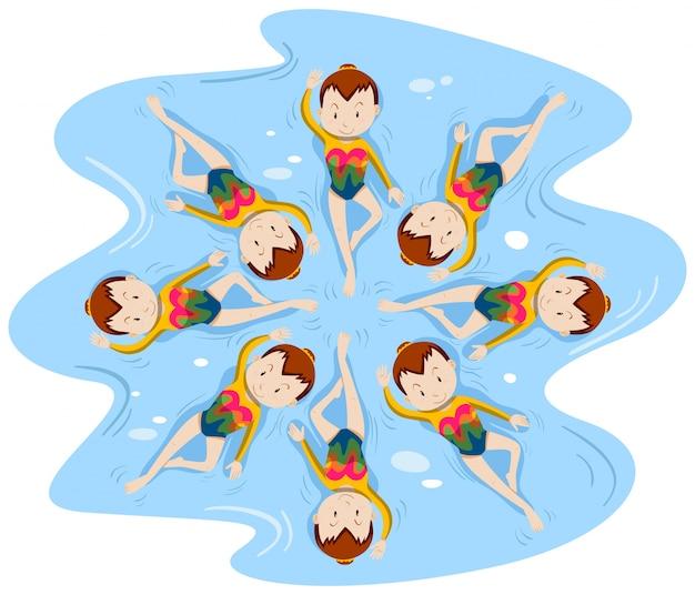 Mädchen, die synchronschwimmen in der mannschaft tun