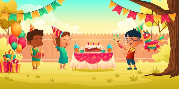 Mädchen feiern geburtstag mit freunden, erhalten geschenk