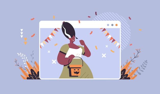 Mädchen hält eimer mit kürbis fröhliche halloween-feiertagsfeier selbstisolation online-kommunikationskonzept webbrowser fenster porträt horizontale vektor-illustration