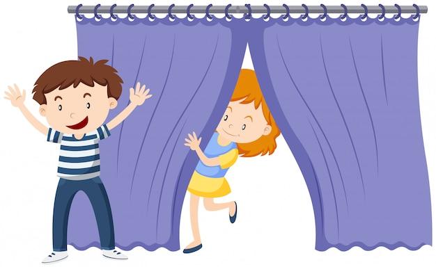 Mädchen hinter dem blauen vorhang