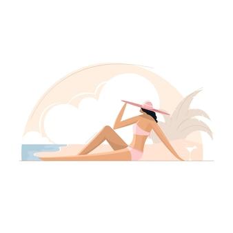 Mädchen im bikini und im hut, die auf dem strand, sommerkonzept ruhen