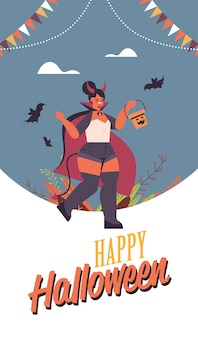Mädchen im teufel kostüm hält eimer mit kürbis glücklich halloween party feier konzept flach in voller länge schriftzug grußkarte vertikale vektor-illustration