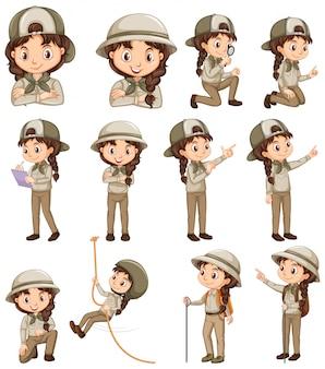 Mädchen in der safariuniform, die verschiedene tätigkeiten tut