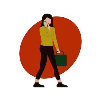 Mädchen in der zufälligen kleidung mit der bürotasche gehend und intelligentes telefon verwendend