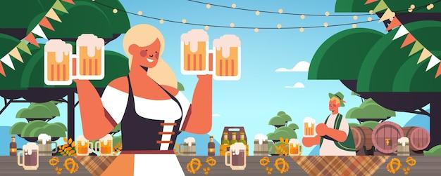 Mädchen kellnerin hält bierkrüge oktoberfest party feier konzept frau in deutschen traditionellen kleidern spaß haben