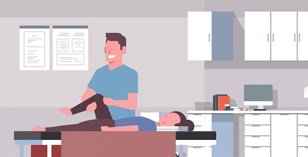 Mädchen liegt auf massagetisch professionelle masseur therapeutin heilbehandlung massage patient behandlung knie manuelle physiotherapie konzept medizinische klinik schrank innen horizontal