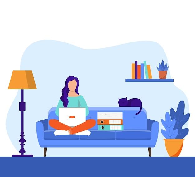 Mädchen mit dem laptop, der auf dem stuhl sitzt.