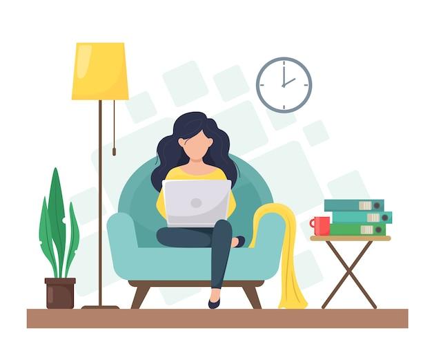 Mädchen mit einem laptop in einem stuhl.