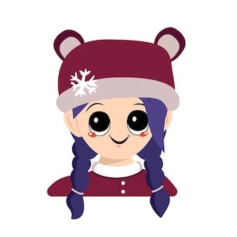 Mädchen mit großen augen und einem breiten lächeln und blauen haaren in bärenmütze mit schneeflocke süßes kind mit fröhlichem f...