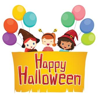 Mädchen und ballon im halloween-kostüm mit glücklichem halloween-banner