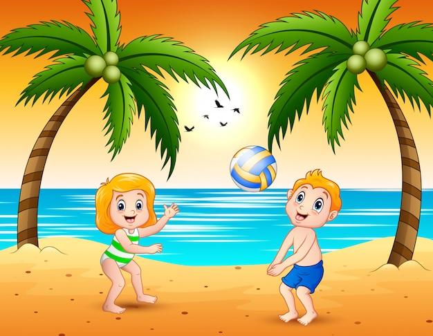 Mädchen und ein junge, die volleyball am strand spielen