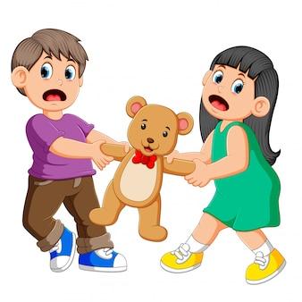 Mädchen und jungen kämpfen um eine puppe