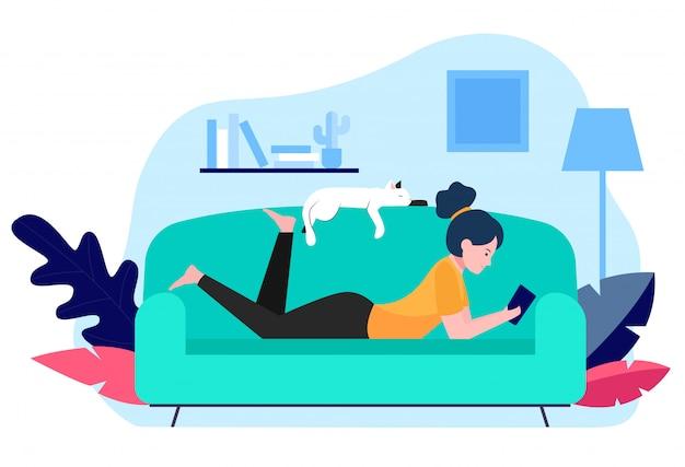 Mädchen und katze, die auf sofa entspannen