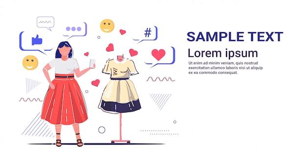 Mädchen wählt neue kleid frau kunde mit online-mobile-app social-media-netzwerk-konzept moderne mode boutique innenskizze in voller länge horizontale kopie raum