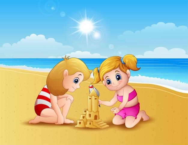 Mädchen zwei, das sandburg am strand bildet Premium Vektoren
