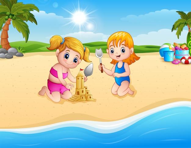 Mädchen zwei, das sandburg mit schaufel bildet Premium Vektoren