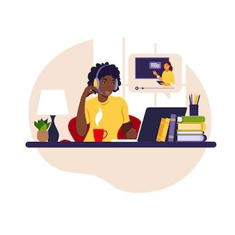 Mädchenstudie am computer online-lernkonzept