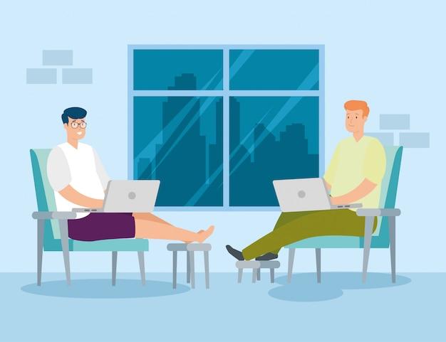 Männer, die zu hause mit laptops arbeiten, die im stuhl sitzen