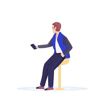 Männer hipster mit einem bart hält smartphones, die chatten, sms schreiben und sprechen. Premium Vektoren