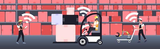 Männer in uniform mit online-internet drahtlose verbindung lager interieur fünfte innovative generation in voller länge horizontale banner vektor-illustration