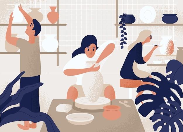 Männer und frauen, die töpfe, steingut, geschirr und andere keramik in der töpferwerkstatt herstellen und dekorieren