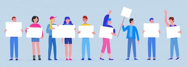 Männer und frauen mit plakaten plakate. junge leute, die saubere leere brettfahnen halten, singen illustration. protestierende menge, demonstration, politisches treffen, parade und protest.