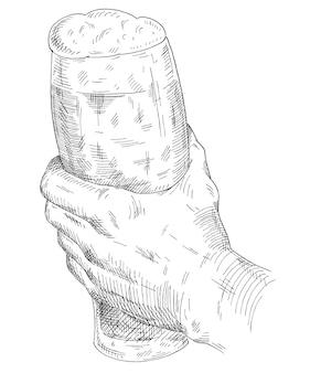 Männliche hand, die bierglas hält und klirrt. schwarze schraffurillustration des weinlesevektors für netz, plakat, einladung zur party. isoliert auf weißem hintergrund.