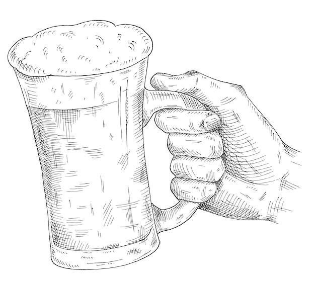 Männliche hand, die bierkrug hält und klirrt. schwarze schraffurillustration des weinlesevektors für netz, plakat, einladung zur party. isoliert auf weißem hintergrund.