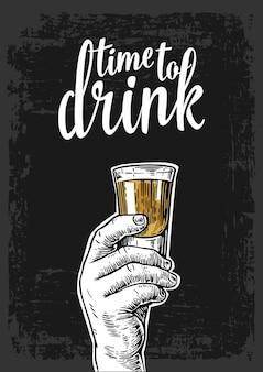 Männliche hand, die einen schuss alkoholgetränk hält vintage-vektor-gravur-einladungsparty zeit zum trinken