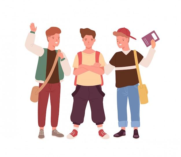 Männliche kinder des glücklichen teenagers mit rucksack, taschen und buch stehen zusammen vektor flache illustration. gruppe der positiven schuljungen, die lächeln, hand auf weiß lokalisiert winken. jungen klassenkameraden oder freunde