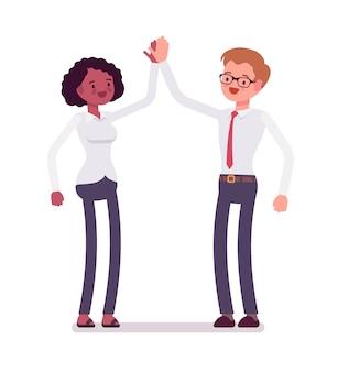 Männliche und weibliche angestellte geben high five