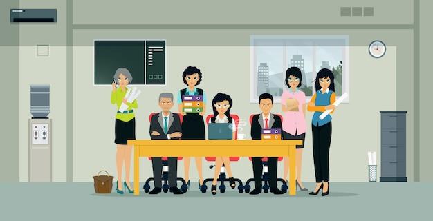 Männliche und weibliche mitarbeiter stehen im büro zur verfügung
