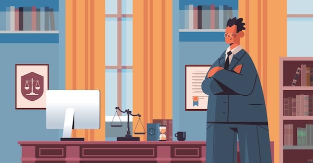 Männlicher anwalt, der nahe am arbeitsplatz steht rechtsrechtsberatung und gerechtigkeitskonzept moderne büroinnenporträt horizontale vektorillustration