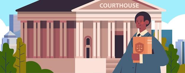 Männlicher anwalt hält richter buch rechtsberatung gerechtigkeit konzept gerichtsgebäude gebäude vorderansicht porträt horizontale vektor-illustration