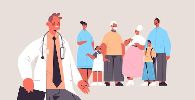 Männlicher arzt berät mehrere generationen familienärztliche beratung gesundheitsdienst